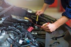 автоматический автомобиль батареи проверяя напряжение тока механика Стоковое фото RF