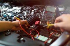автоматический автомобиль батареи проверяя напряжение тока механика Стоковое Фото
