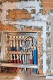 Автоматический брызг штукатуря машина для штукатурить стены эффективно на здании многоквартирного дома стоковая фотография