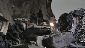 Автоматический механик ищет мотор перебиваних работ видеоматериал