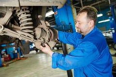 Автоматический механик на работе ремонта подвески гондолы Стоковые Фото