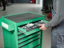 Автоматический механик принимает инструмент инструмента от резцовой коробки indoors стоковые фотографии rf