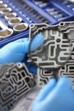 Автоматический ремонтник обслуживания для автоматических коробок передач держит в руке Стоковое Изображение RF