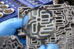 Автоматический ремонтник обслуживания для автоматических коробок передач держит в руке Стоковые Фото
