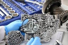Автоматический ремонтник обслуживания для автоматических коробок передач держит в руке Стоковые Изображения RF