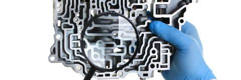 Автоматический ремонтник обслуживания для автоматических коробок передач держит Стоковое Фото