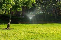 Автоматический спринклер лужайки сада Стоковые Изображения