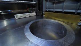Автоматический трехмерный принтер 3d выполняет творение продукта Современное производство печатания 3D или добавки и видеоматериал