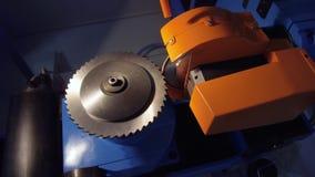Автоматический шлифовальный станок делает молоть из роторного резца видеоматериал