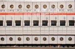 Автоматический электрический соединитель взрывателя в линиях электропередач расположенных внутри доски пульта управления переключ стоковая фотография rf