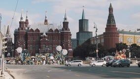 Автоматическое движение двигая вдоль здания Москвы Кремля, фестиваль лета акции видеоматериалы