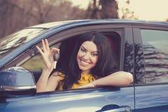 Автоматическое дело, продажа, концепция Счастливая женщина показывая новый ключ автомобиля стоковое фото