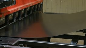 Автомат для резки высекая картины на стальной пластине сток-видео