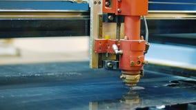 Автомат для резки лазера пластической массы на основе акриловых смол сток-видео