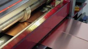 Автомат для резки металлического листа сток-видео