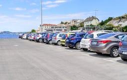 Автомобили автостоянки в порте Стоковые Изображения RF
