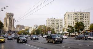 Автомобили бежать на улице в Москве, России Стоковые Изображения