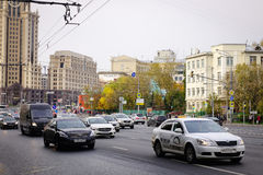 Автомобили бежать на улице в Москве, России Стоковая Фотография
