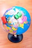 Автомобили вокруг глобуса земли Стоковое Фото