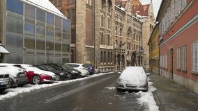 Автомобили в снеге на улице Будапешта сток-видео