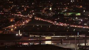 Автомобили двигая быстро через шоссе в ноче Район метрополитена Мехико сток-видео