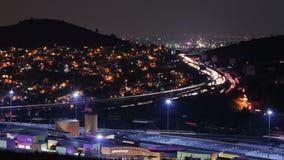 Автомобили двигая быстро через шоссе в ноче Район метрополитена Мехико видеоматериал