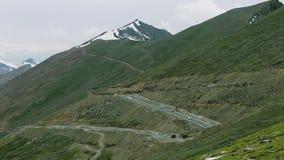 Автомобили двигая далеко на дорогу горы на верхней части Babusar сток-видео