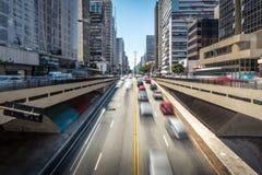 Автомобили двигая дальше бульвар Paulista - Сан-Паулу, Бразилию стоковая фотография rf