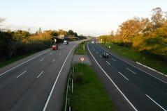 Автомобили дня бежать шоссе дороги стоковые изображения rf