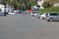 автомобили дробят припаркованную стоянку автомобилей на участки стоковые изображения rf