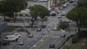 Автомобили едут каруселью на итальянском квадрате акции видеоматериалы