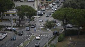 Автомобили едут каруселью на итальянском квадрате сток-видео