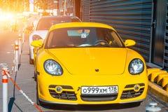 Автомобили желтого цвета Порше 911 Carrera святой России ресторана Паыля peter petersburg крепости летания голландца 12-ое июля 2 Стоковые Изображения
