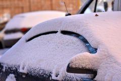 Автомобили зимы в дворах покрыты толстым пальто снега стоковое изображение rf