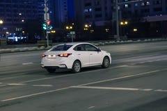 Автомобили идут на город ночи Стоковая Фотография
