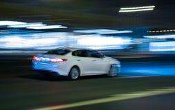 Автомобили идут на город ночи Стоковые Изображения