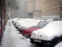 автомобили идут снег вниз Стоковые Фотографии RF
