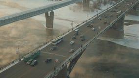 Автомобили и автобусы едут через мистический мост Река покрыто с паром сток-видео