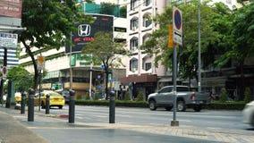 Автомобили и автобус двигая дальше улицу в деловом центре города акции видеоматериалы