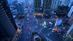 Автомобили и везут приводы на автобусе вокруг в Сеуле на ноче в Южной Корее сток-видео