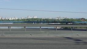 Автомобили и велосипедист на мосте акции видеоматериалы