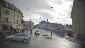 Автомобили и пешеходы в улице, активной жизни в европейском городе, туризм акции видеоматериалы