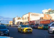 Автомобили и проезжий- к пляжем Венеции, Лос-Анджелесом, Калифорнией, США Стоковые Изображения