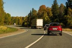 Автомобили и тележки на дороге стоковое фото rf