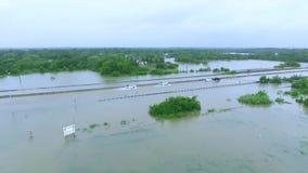 Автомобили и тележки пробуя управлять через затопленное i45 около Хьюстона Техаса акции видеоматериалы