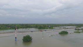 Автомобили и тележки пробуя управлять через затопленное i45 около Хьюстона Техаса видеоматериал