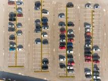 Автомобили на автостоянке стоковые изображения