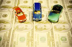 Автомобили на банкнотах доллара стоковое изображение rf