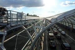 Автомобили на дороге в звукопоглотительном тоннеле стоковая фотография rf