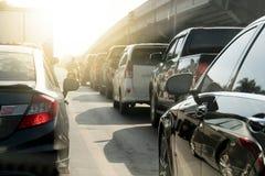 Автомобили на дороге на дне стоковая фотография rf